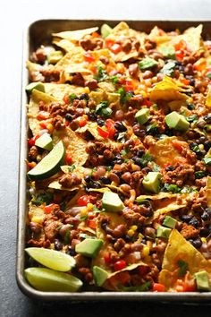 These loaded chicken nachos are one uof my favorite 30 minute meals. They're packed with protein, veggies, and I promise you the entire family will love it! Game Day Appetizers, Easy Appetizer Recipes, Healthy Appetizers, Healthy Snacks, Healthy Recipes, Healthy Fit, Yummy Recipes, Healthy Wings Recipe, Crockpot Veggies