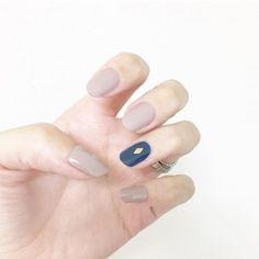 グレーピンクやグレージュなど、原色とは違った「絶妙な色」のネイルが流行中です。単色塗りでもおしゃれに見えますし、なによりも大人っぽさが抜群なんです。絶妙な色の単色塗りネイルデザインをご紹介します。
