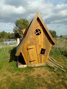 La cabane des roques. Belle construction en bois de récupération créé   avec un ami