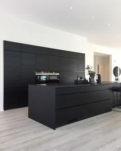 Bildet kan inneholde: kjøkken og innendørs Grey Kitchen Designs, Kitchen Room Design, Kitchen Cabinet Design, Modern Kitchen Design, Kitchen Layout, Interior Design Kitchen, Kitchen Cabinets, Kitchen Decor, Black Kitchens