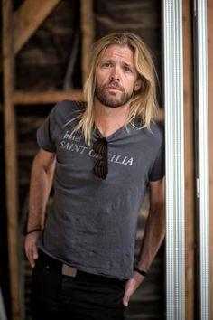 Bildergebnis für taylor hawkins shirt Foo Fighters Nirvana, Foo Fighters Dave Grohl, Chris Shiflett, Taylor Hawkins, Corey Taylor, Celebs, Celebrities, Music Stuff, Beautiful People