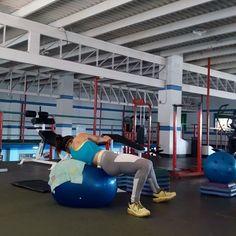 🔵CIRCUITO 2 x 2 SERIES ✏En este circuito he trabajado unos ejercicios por tiempo y los realizados con la bola suiza por repeticiones, para enfocarme mejor en los movimientos. 1.▶100 reps / 50 hacía cada lado. Torso twist. 2.▶15-20 reps. Pike ▶10 seg de descanso 3.▶40 seg. Burpees + 3 saltos con sentadilla (saltos cortos) ▶10 seg de descanso 4.▶40 seg. Remo + push up (vean el agarre) ▶10 seg de descanso Sigue.... #fullbodyworkout #cardio #cuerpofit #sixpackfemmes #plyometrics…