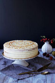 Na vidličku: Ořechový dort s krémem ze zkaramelizovaného másla a mascarpone I Foods, Cupcake Cakes, Cupcakes, Red Velvet, Camembert Cheese, Tea Time, Dairy, Food And Drink, Yummy Food