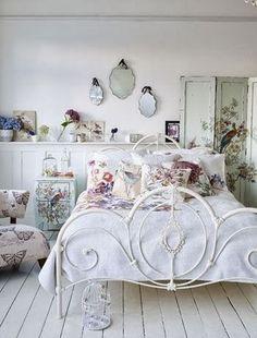 Detalhes de charme nos quartos: espelhos na cabeceira da cama