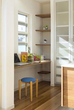 キッチンの脇にカウンター机と本棚を作りました。ご家族全員のスタディーコーナーです。|キッチン|インテリア|モダン|パントリー|おしゃれ|壁面収納|作業台|ウッド|かわいい|