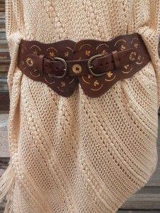 Large ceinture en cuir marron et motifs dorés. Look bohème.