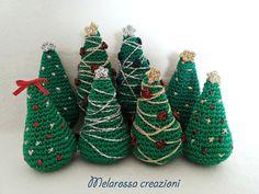 Alberi di natale amigurumi ricamati, decorazione natalizia all'uncinetto,decorazione country chic,bomboniera invernale. By MelarossaCreazioni #italiasmartteam #etsy