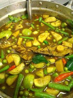 สูตร แกงไตปลา | สูตรอาหาร จานโปรด Spicy Recipes, Indian Food Recipes, Vegan Recipes, Cooking Recipes, My Favorite Food, Favorite Recipes, Cambodian Food, Thai Street Food, Food Garnishes