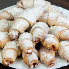 Se topesc în gură! Iată rețeta celor mai delicioase cornulețe cu gem! - savuros.info Croissants, Food Cakes, Biscuits, Cupcakes, Cake Recipes, Sausage, Food And Drink, Favorite Recipes, Sweets