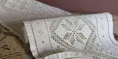 Hardangersaum var ein av fleire typar kvitsaum som var nytta på dei tradisjonelle kleda frå Hardanger. Saumen vart kalla utskurdsaum, fordi ein nytta ein liten, kvass kniv til å skjæra ut dei kvadratiske hola i stoffet, foto: Silje Solvi