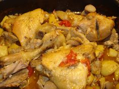 Il pollo al forno con patate e funghi un delizioso secondo di stagione di carne bianca, cotta al forno. morbida e saporita la carne di pollo acquista un sa