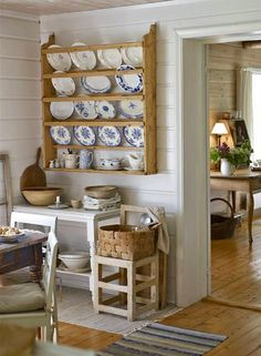 Ideas para estantes de platos vintage /Ideas for shelves vintage dishes Cottage Kitchens, Farmhouse Kitchen Decor, Kitchen Dining, Farmhouse Style, Vintage Kitchen Cabinets, Ideas Para Organizar, Plate Racks, Glass Cabinet Doors, Vintage Dishes