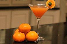 Страшно-хорошее Коктейль: The Halloweenie-1 унция апельсиновый сок 1 унция Гранатовый сок 2 унции Супер сок или любой тип Морковный сок Mix * мы получили наш от Whole Foods. 3 унции водки 1 Оранжевый Колеса и зеленые оливки