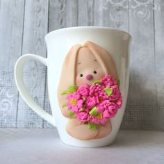 I have found the perfect gift idea for coffee lovers, mugs decorated with polymer clay flowers. Polymer Clay Dolls, Polymer Clay Flowers, Polymer Clay Charms, Clay Projects, Clay Crafts, Coffee Cup Crafts, Cute Mug, Mug Decorating, Clay Cup