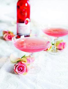Bjud på ekologiskt mousserande rosévin till bruskålen. Eller gör en alkoholfri drink med hallon så får du den härligt rosa! Se dryckestips här: www.ecobride.se/... #wedding #bröllop #ecobride [Organic wine for the bridal toast] Photo: Strawberry Blushing Bride/Philipson Söderberg.