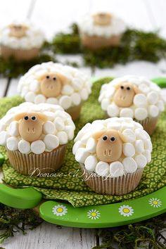 Babeczki udekorowane piankami marshmallows na kształt baranków to słodka dekoracja wielkanocnego stołu lub też urodzinowe babeczki dziecięce. Babeczki są łatwe...
