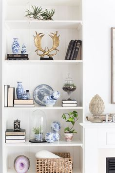 Color covers: how to use in decoration, tips and 60 photos - Home Fashion Trend White Bookshelves, Bookshelves In Living Room, Decorating Bookshelves, Bookcases, Barrister Bookcase, Diy Interior, Interior Design Living Room, Living Room Decor, Bedroom Decor