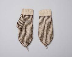 Itse wanten, man, gebreid in tricotsteek bestaande uit 2 witte en 1 bruine steek. Wanten zijn gebreid van ongeverfde wol, waarbij gebruik is gemaakt van natuurlijke kleur van schapen. Zulke wanten heetten Itse wanten. Oorspronkelijk van één van de Shetlandeilanden. Marker vissers noemden dit eiland (H)itland. Deze vissers, aangemonsterd op de Noordzeeloggers, visten ten noorden van Schotland en gingen in Lerwick aan land. Daarvandaan namen zij wanten, kousen en mutsen mee. #NoordHolland…
