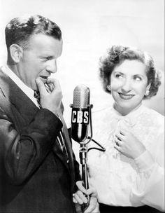 George Burns And Gracie Allen Vintage Movie Stars, Vintage Tv, Vintage Movies, Hollywood Fashion, Old Hollywood, Lps, Jack Benny, George Burns, Radios