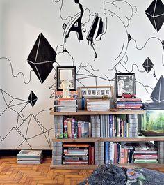 """Prática, a estante do escritório da arquiteta Debora Racy foi feita com uma porta cortada ao meio, apoiada sobre blocos de concreto, usados para fazer calçadas. """"Queríamos uma decoração mais informal, sem aquela cara corporativa"""", explica"""