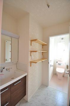 洗面脱衣所とトイレの動線にインテリア棚をプラス。