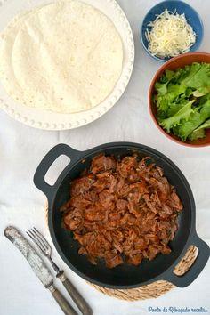 Tacos de bochecha de porco estufada com cerveja desfiada - http://gostinhos.com/tacos-de-bochecha-de-porco-estufada-com-cerveja-desfiada/