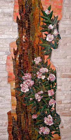 мозаика на стене в обрамлении декоративного камня