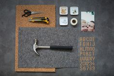 A nice way to present photos in the apartment are pin boards. Here is our step-by-step crafting instructions for your DIY pin board made of felt and Memo Boards, Pin Boards, Modern Office Decor, Home Office Design, Bomb Shelter, How To Make Toys, Guest Room Office, Diy Pins, Diy Interior