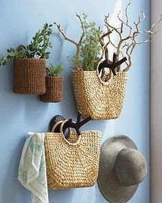 handbag and basket plant holders Sisal, Entry Way Design, Tiny House Design, Vintage Bohemian, Craft Storage, Home Decor Inspiration, Basket Weaving, Wicker Baskets, Entryway Decor