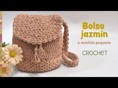 I just love crochet handbags. I have really a lot, but that doesn't stop me from making other crochet bags, especially when I find wonderful patterns like this. Mochila Crochet, Bag Crochet, Crochet Gratis, Crochet Diy, Crochet Handbags, Crochet Purses, Love Crochet, Crochet Cross, Crochet Cardigan