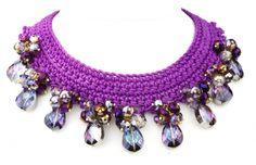 Collar gargantilla de ganchillo en color orquídea con cristales facetados en los mismos tonos Filet Crochet, Crochet Motif, Diy Crochet, Crochet Crafts, Crochet Doilies, Fabric Jewelry, Diy Jewelry, Jewelry Necklaces, Jewelry Making