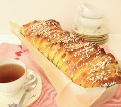 Vacker saffranslängd som är enkel att göra och smakar ljuvligt gott till julens fika.