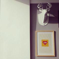 """Recebemos essa foto linda da @vida_flavia com a seguinte mensagem: """"Olha como ficou doce e cheia de amor minha parede. Obrigada por contribuírem.""""  - A gente fica numa alegria por aqui... Obrigada Flávia pelo carinho e pela gentileza em compartilhar com a gente um pedacinho da sua casa. Pura inspiração minha gente!  - O pôster """"Doce Amor"""" faz parte da coleção Doces da Infância que tem um pôster mais lindo do que o outro. Todos trazem lembranças direto da infância para uma decor cheia de…"""