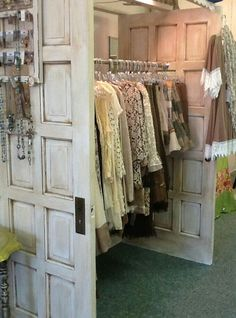 Old doors as clothing rack. old doors as clothing rack shabby chic shops Boutique Decor, A Boutique, Boutique Clothing, Boutique Displays, Shop Displays, Retail Displays, Merchandising Displays, Boutique Store Design, Shabby Chic Boutique