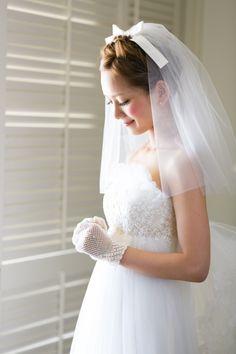 ハイウエストなボリュームあるウェディングドレスには、ショートヴェールがオススメ!