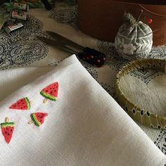午前のお楽しみ刺繍はスイカアイスバーでした 笑 バラ刺繍のローズ色がスイカ色に見えて仕方なかった^^; スイカ色と言っても花糸には可愛い色がたくさんあります…