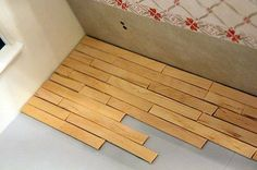 DIY Popsicle stick floor - this is how I did my dollhouse nursery floor - good illustrations plus instructions that would have to be translated Dollhouse tutorials - miniature DIY ideas Modern Dollhouse, Diy Dollhouse, Dollhouse Miniatures, Homemade Dollhouse, Dollhouse Tutorials, Diy Barbie Furniture, Diy Dolls House Furniture, Furniture Ideas, Sticks Furniture