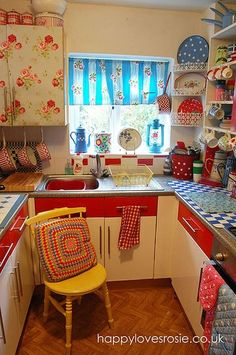 Retro kitchen - 32 Beautiful Vintage Kitchen Decorations Ideas To Make A Nice Look – Retro kitchen Cute Kitchen, New Kitchen, Kitchen Ideas, Boho Kitchen, Kitchen Designs, Country Kitchen, Kitchen Interior, Minimal Kitchen, Happy Kitchen