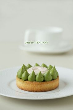 You'll need to translate this site to read about the delicious looking tart, but we felt like you should know that as healthy as Matcha is, it's fun to work with too! Tart Recipes, Sweet Recipes, Cooking Recipes, Sweet Pie, Sweet Tarts, Köstliche Desserts, Dessert Recipes, Matcha Cake, Green Tea Recipes