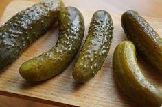 Chutné, aromatické a chrumkavé uhorky podľa receptu od našej čitateľky, pani Jarky K. si zamilujete.Jednoduchá príprava, žiadna sterilizácia a po 3 dňoch sú pripravené na konzumáciu!Potrebujeme:uhorky nakladačky2 kg cesnakufeferónky podľa chuti2 PL soli na 1 … Polish Dill Pickle Recipe, Can Dogs Eat Pickles, Pesto, Making Dill Pickles, Fresh Horseradish, Pickling Cucumbers, Dog Eating, Fermented Foods, How To Make Homemade