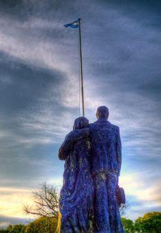 Vista posterior del monumento a los inmigrantes, Santa Fe