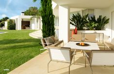 The straightforward and modern BANDOLINE COLLECTION is the highlight of any outdoor setting and is the basis for complete living landscapes under the open sky. The elegant surfaces are available in white or sand with a smooth texture or linear milling.  Photographer: Paul Ott, Graz Art Furniture, Outdoor Furniture Sets, Indoor Outdoor, Outdoor Decor, Garden Seating, Outdoor Settings, New Homes, Lounge, Modern