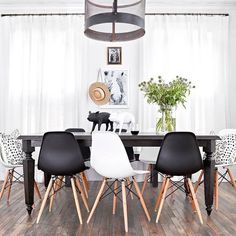How fun is this playful black and white dining room by @apriltomlininteriors?