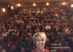 """Dana Winner -  favoriete zangeres. Theaterseizoen 2018. Haar theatertour """"Uit bewondering 2"""". Selfie met de zaal."""