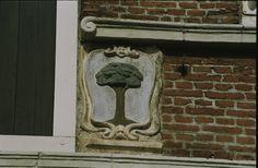 Pand onder zadeldak tegen rijk met gevelstenen, banden en blokken versierde gevel op gesneden puibalk in Medemblik   Monument - Rijksmonumenten.nl