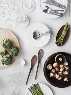 Artichokes, mushrooms and asparagus. Alcachofra, cogumelos e aspargos. Food Photography Styling, Food Styling, The Kinfolk Table, Good Food, Yummy Food, My Favorite Food, Favorite Things, Food Pictures, Food Art