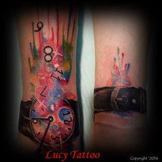 Tatuaż na rękę – zegarek na rękę z mnóstwem kolorów i niepowtarzalnym stylem
