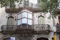 Esas ventanas son en el medio de arcos romanos y arcos góticos. Aunque son sencillos, parecen un poco moderno en un estilo muy tranquilo.