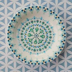 Dip & Dot: Round circle colour and pattern idea. Love the dark center and outercircle Pottery Painting, Ceramic Painting, Ceramic Art, Mandala Painting, Dot Painting, Stippling Art, Paint Your Own Pottery, Mandala Rocks, Hanging Wall Art