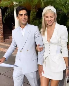 Engaged since June Devon Windsor got married to Johnny Dex on November 2019 in Saint Barthélemy. A sunny ceremony for the Victoria's Secret model who invited numerous other models. Take a look at the pictures. Wedding Looks, Bridal Looks, Dream Wedding, Civil Wedding, Courthouse Wedding, Brunch Wedding, Casual Wedding, Celebrity Weddings, Celebrity Wedding Hair